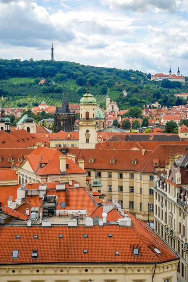 De mening van het vogel` s oog van de stad van Praag met donkere die hemel van de Oude die Stad Hall Tower wordt gezien, ook als  stock foto's