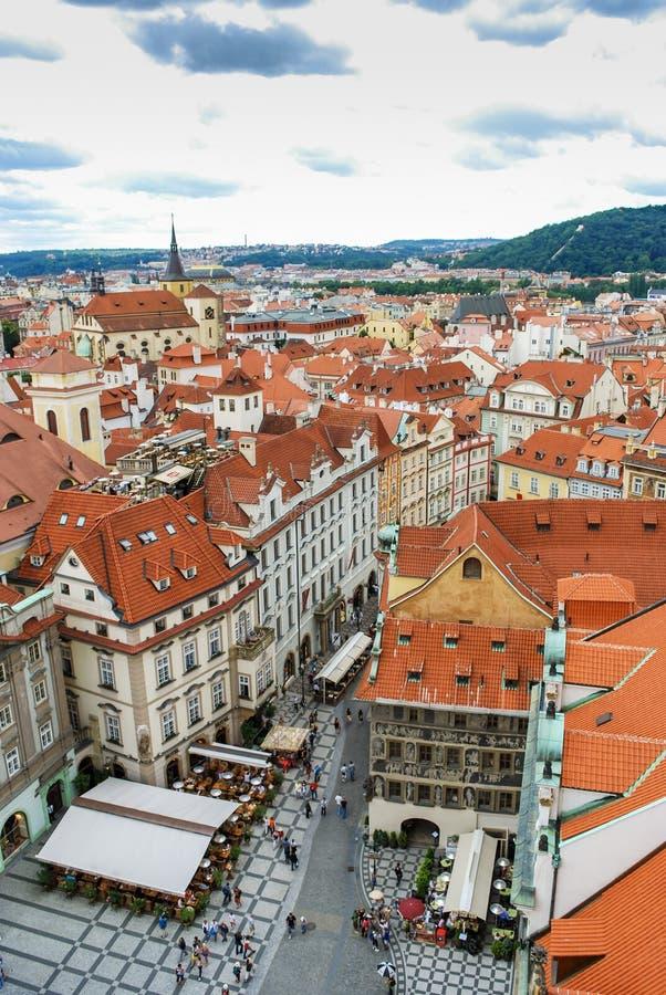 De mening van het vogel` s oog van de stad van Praag met donkere die hemel van de Oude die Stad Hall Tower wordt gezien, ook als  royalty-vrije stock foto