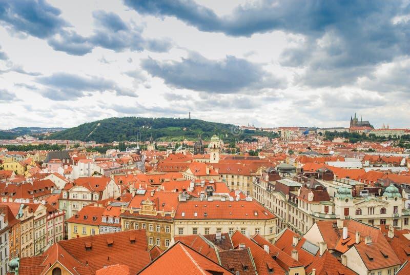 De mening van het vogel` s oog van de stad van Praag met donkere die hemel van de Oude die Stad Hall Tower wordt gezien, ook als  stock afbeelding