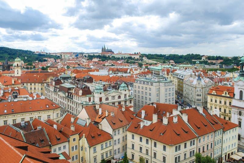 De mening van het vogel` s oog van de stad van Praag met donkere die hemel van de Oude die Stad Hall Tower wordt gezien, ook als  stock fotografie