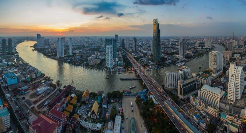 De mening van het vogeloog van de zonsondergang van Bangkok stock afbeelding