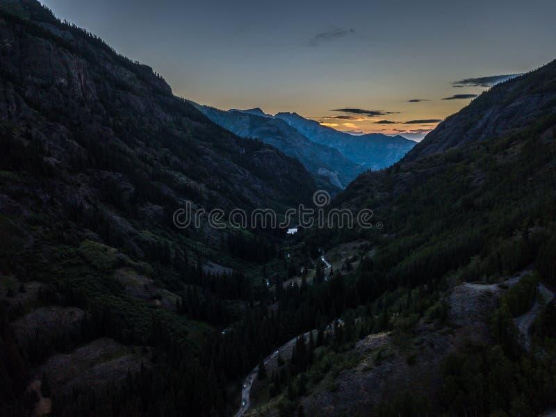 De mening van het de Vogelsoog van Colorado van de miljoen dollarweg na Zonsondergang stock foto's
