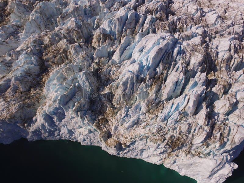 De mening van het vogelsoog van een hommel van het eindpunt van a crevassed zwaar gletsjer in noordoostelijk Groenland royalty-vrije stock foto's