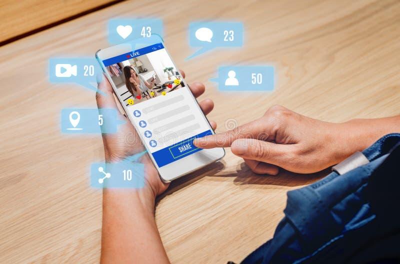 De mening van het vrouwenaandeel van schoonheids blogger overzicht online met mobiele toepassing royalty-vrije stock afbeelding