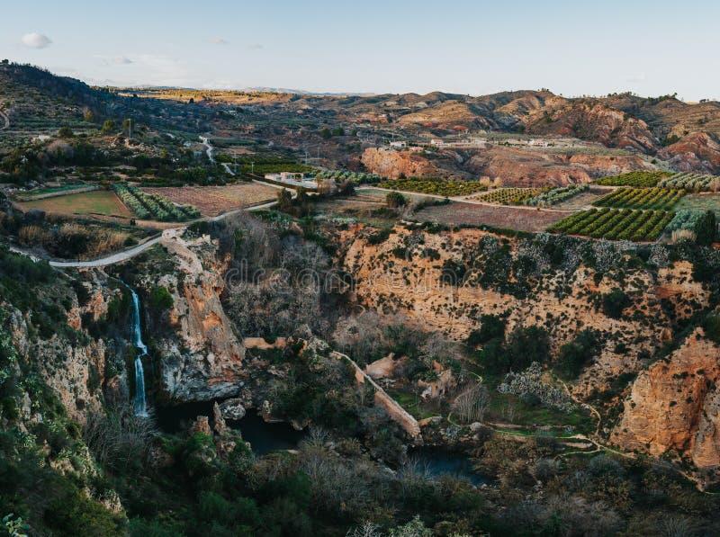 De mening van het watervalpanorama van de stad Chella Valencia Spain Canal de Navarres stock afbeelding