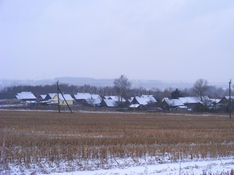 De mening van het de winterland Feestelijke achtergrond Het gebiedsmening van het landbouwlandbouwbedrijf De aardlandschap van de royalty-vrije stock foto