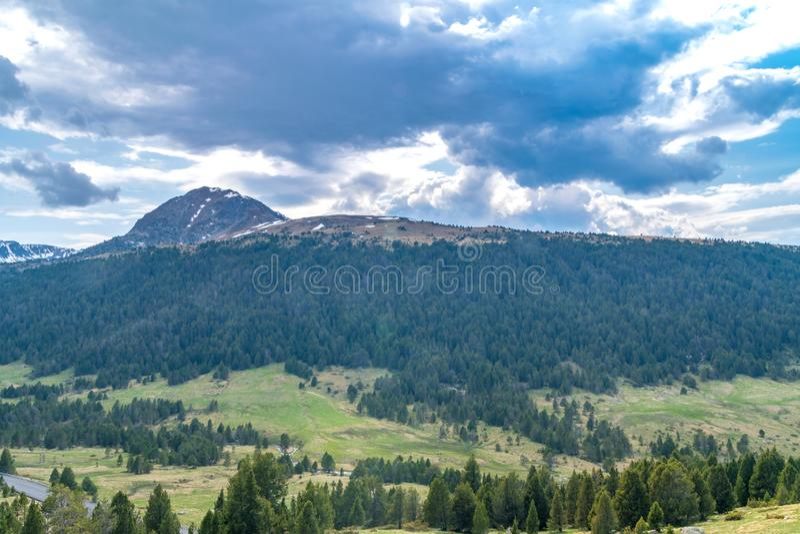 De mening van het de zomerlandschap met bergen bij bewolkte dag in Andorra royalty-vrije stock foto