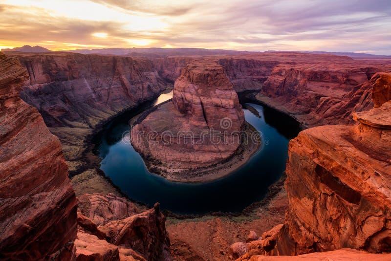 De mening van het zonsonderganglandschap van de Hoefijzerkromming en rivier van Colorado stock foto