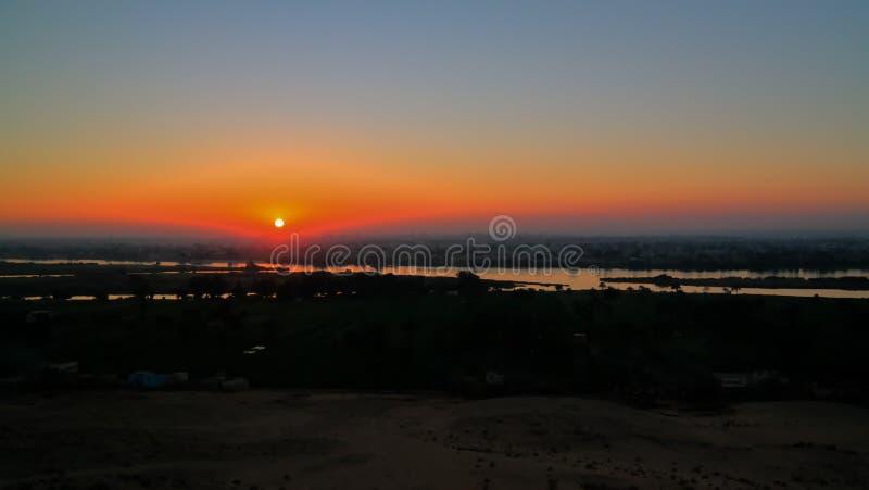De mening van het zonsondergangpanorama aan de rivier van Nijl van de archeologische plaats van Beni Hasan in Minya, Egypte royalty-vrije stock foto