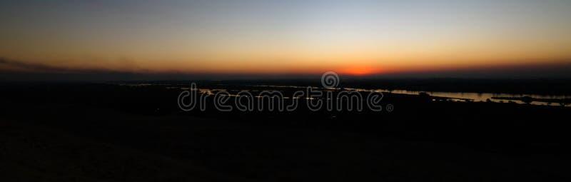 De mening van het zonsondergangpanorama aan de rivier van Nijl van de archeologische plaats van Beni Hasan in Minya, Egypte royalty-vrije stock afbeeldingen