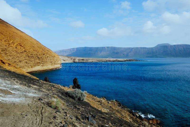 de mening van het zuidelijke deel van het eiland met aardig zeegezicht van de oceaan en in het achtergrondlanzarote eiland stock foto's