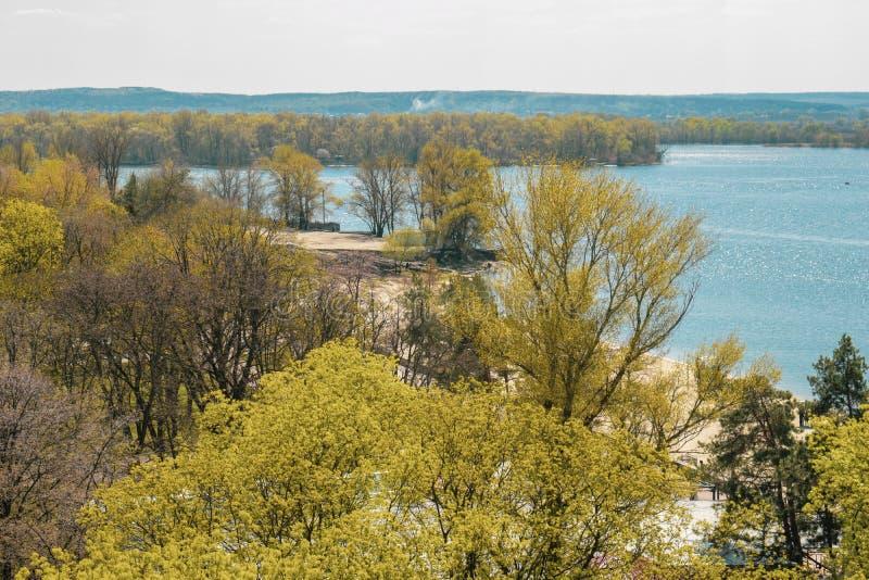 De mening van de hoogten van de bomen en de rivier royalty-vrije stock fotografie