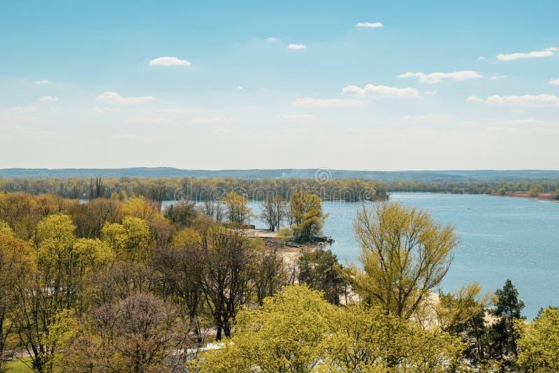 De mening van de hoogten van de bomen en de rivier stock fotografie