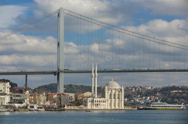 De mening van Istanboel van de Brug en de Moskee royalty-vrije stock fotografie