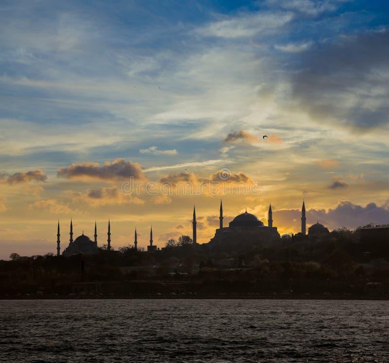 De mening van Istanboel tijdens zonsondergang stock foto