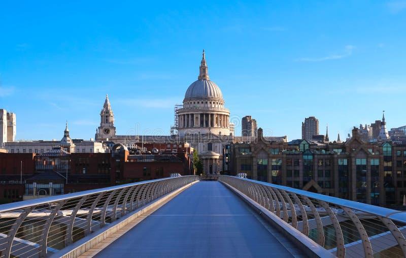 De mening van de koepel van de Kathedraal van Saint Paul ` s en Millenniumbrug, Stad van Londen royalty-vrije stock foto
