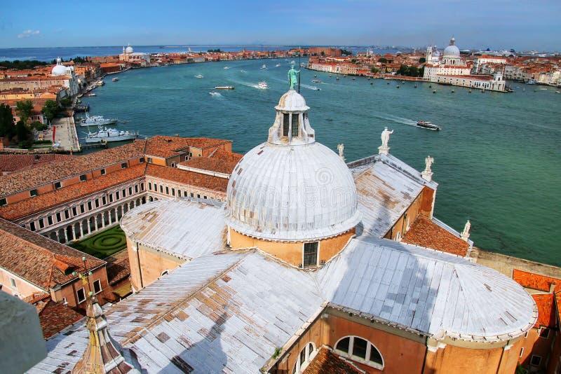 De mening van de koepel van de kerk en Giudecca van San Giorgio Maggiore kan royalty-vrije stock foto's