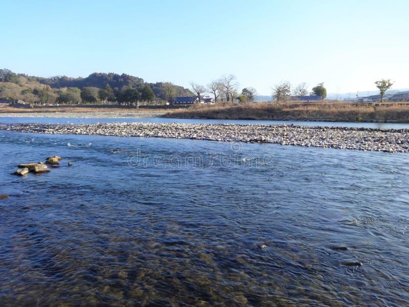 De mening van de Kuma-Rivier van de bank in Hitoyoshi-Stad, Japan stock foto's