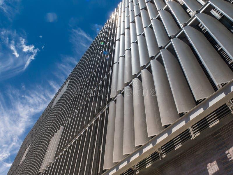 De mening van de landschapsclose-up van de metaalvinnen de dekking de buitenmuren van de DSNY-garage in Hudson Square-sectie van  royalty-vrije stock foto's