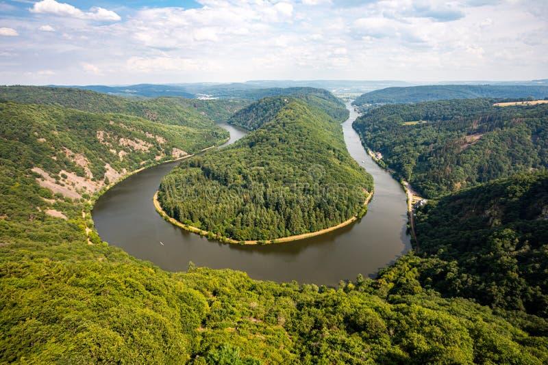 De mening van de lijn van Saarschleife of van Saar, de kromming of de meander van de rivier van Saar De vallei, de klippen en de  royalty-vrije stock fotografie