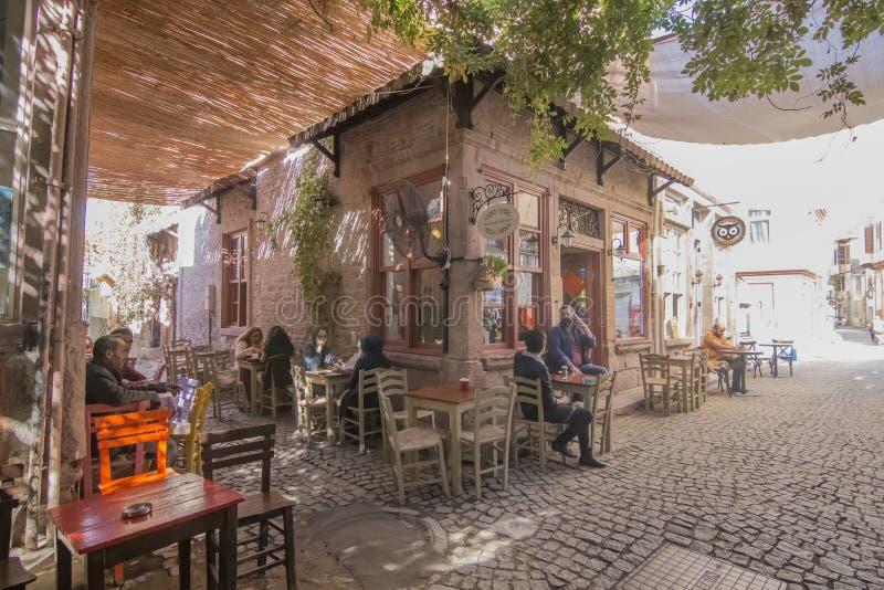 De mening van de Macaronstraat in Ayvalik stock afbeelding
