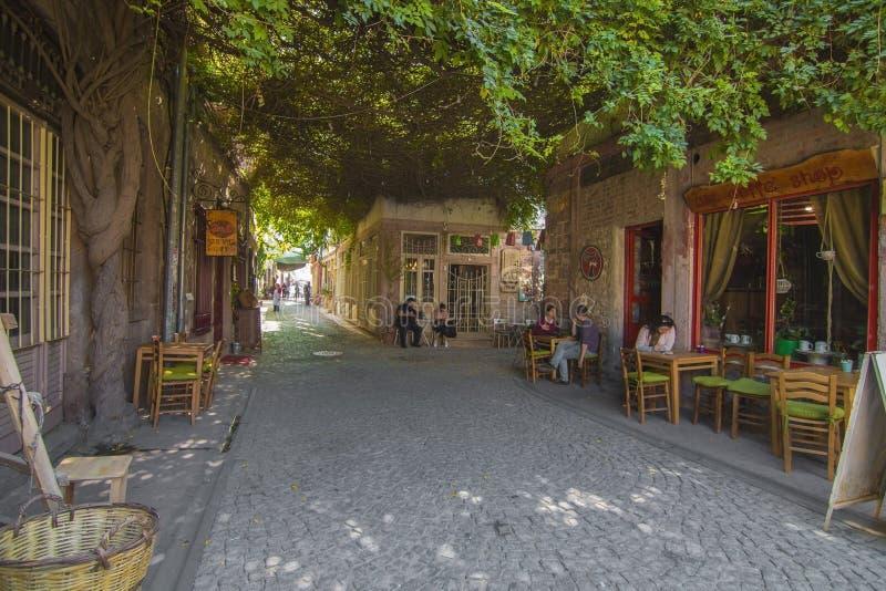 De mening van de Macaronstraat in Ayvalik stock foto