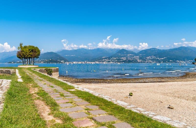 De mening van Meer Maggiore van Cerro strand, is een fractie van de stad van Laveno Mombello stock foto's