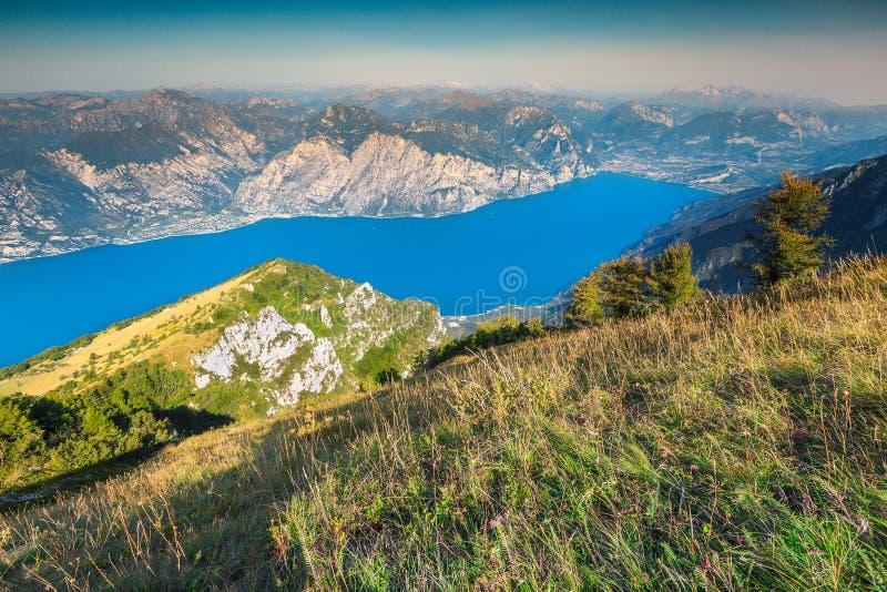 De mening van meergarda van de Baldo-bergen, Italië, Europa royalty-vrije stock foto's