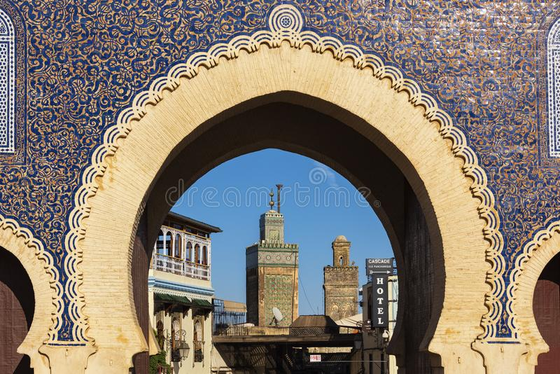 De mening van de minarettoren van de deuringang van de Stad van Fez, Marokko stock fotografie