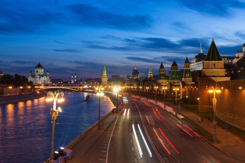 De mening van Moskou het Kremlin bij schemer royalty-vrije stock foto's