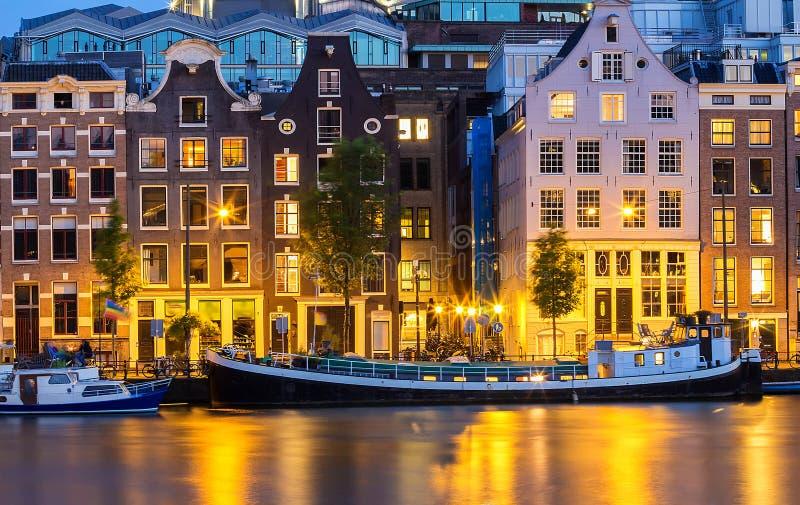 De mening van de nachtstad van het kanaal van Amsterdam, typische Nederlandse huizen en boten, Holland, Nederland stock fotografie