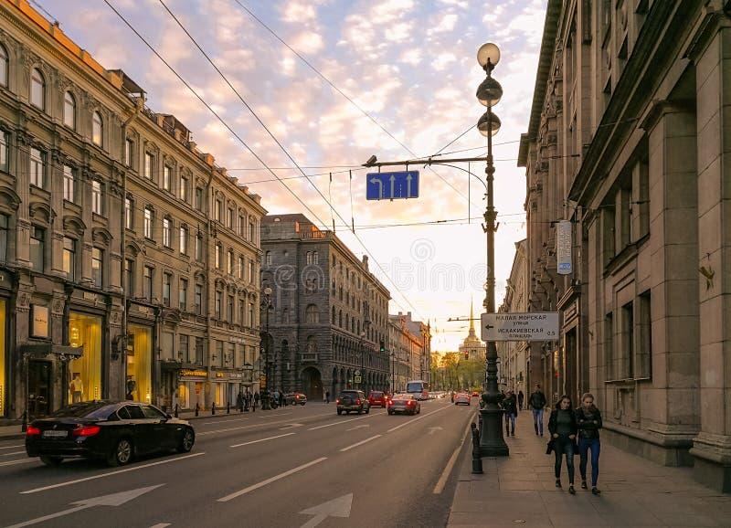 De mening van de Nevsky prospekt straat onder zonsondergang, St. Petersburg, Rusland royalty-vrije stock foto