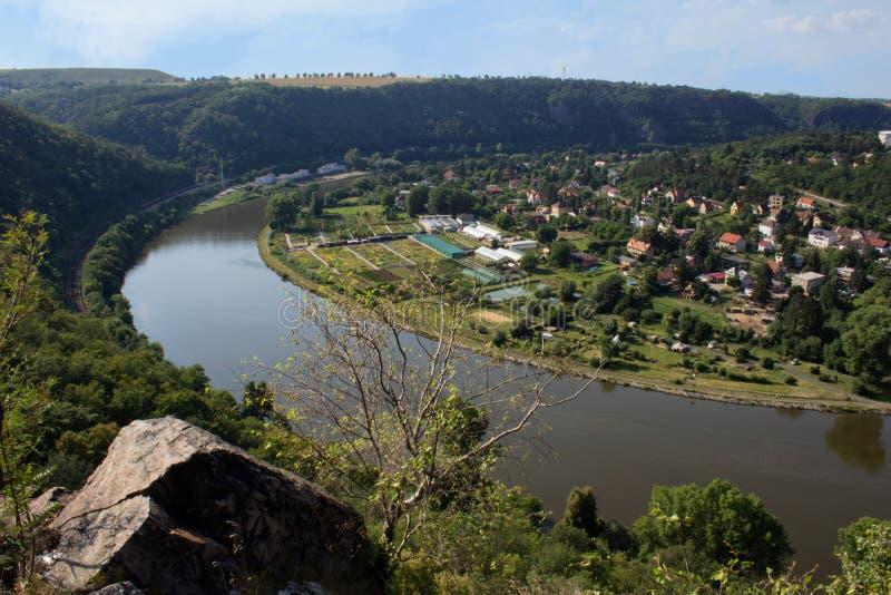 De mening van Nice van heuvel Rivnac aan Vltava-meander met kleine berk RT stock foto's