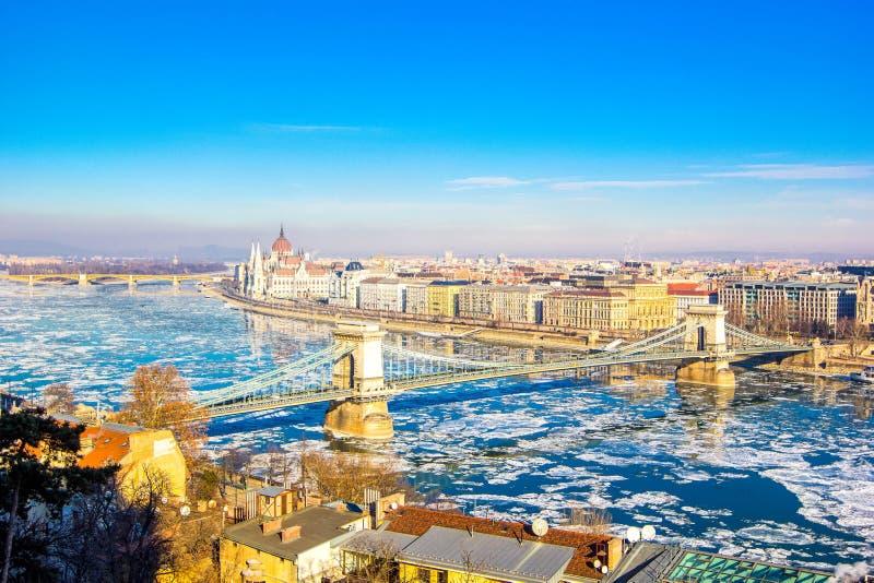 De mening van Nice over de beroemde Kettingsbrug in Boedapest, Hongarije royalty-vrije stock foto