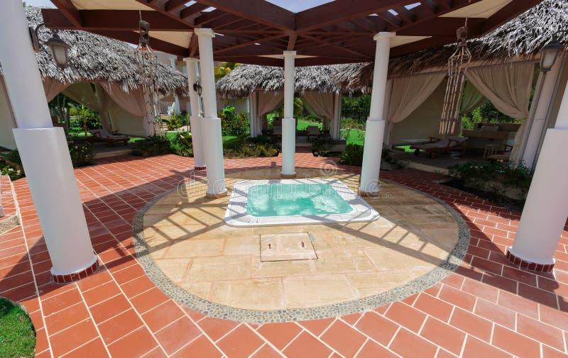 De mening van Nice van een kleine Jacuzzi met zeewater bij kuuroordgebied in tropische tuin op zonnige warme dag royalty-vrije stock foto's