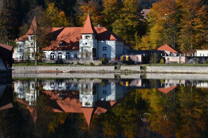 De mening van Nice van een mooi meerhuis in de herfst royalty-vrije stock afbeeldingen