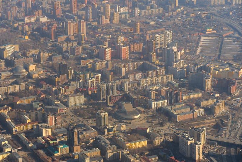 De mening van Novosibirsk van de ochtendstad van vliegtuig stock foto