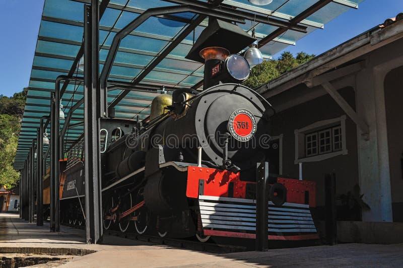 De mening van oude locomotief in gehandicapt station in Monte Alegre doet Sul stock foto's