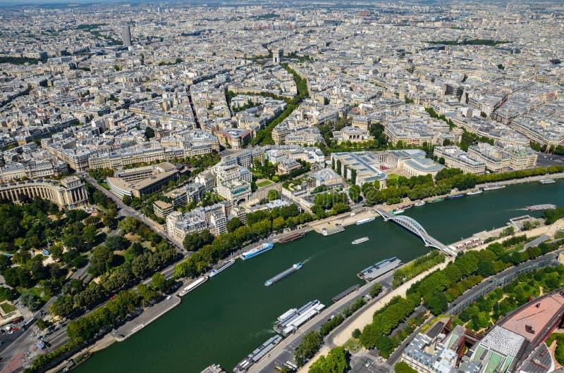 De mening van Parijs, Frankrijk bij de Zegenrivier in Parijs van de Toren van Eiffel bij zonnige dag stock foto's