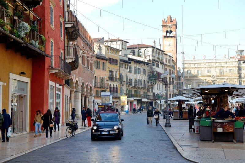De mening van Piazza delle Erbe en toeristen stock foto