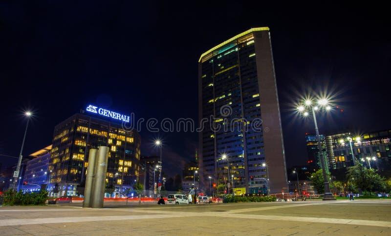 De mening van Pirelli-wolkenkrabber noemde 's nachts ` Pirellone ` in Vierkante dichtbijgelegen de Trein Centrale Post van Duca D royalty-vrije stock foto