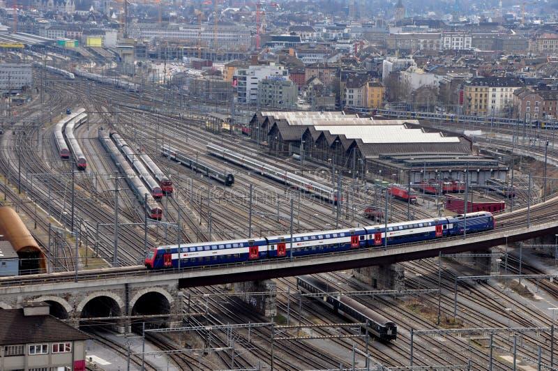 De mening van de rijke ` s hoofdpost van ZÃ ¼ en het spoorweg-systeem met treinen gaan stock foto