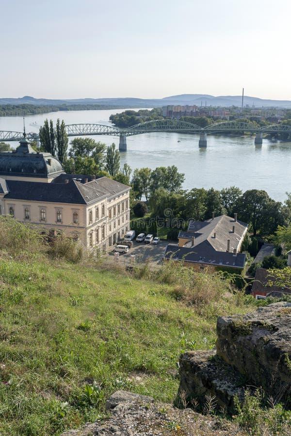 De mening van de rivier van Donau in Esztergom, Hongarije op een hete de zomerdag stock afbeeldingen