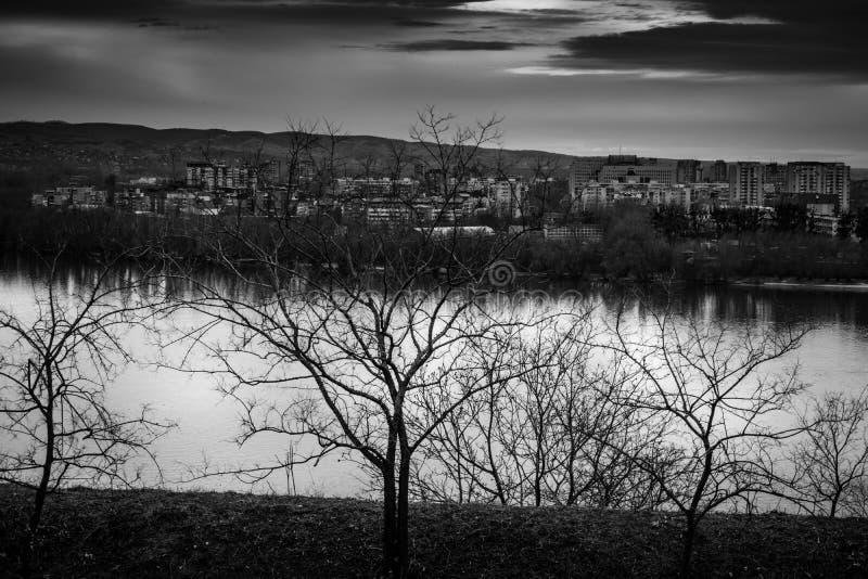 De mening van de rivieroeverstad royalty-vrije stock foto