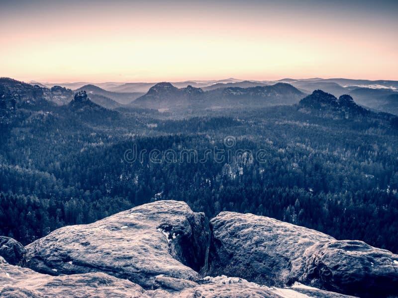 De mening van rots aan verre horizon met lichte stralen en de lens flakkeren effect stock fotografie