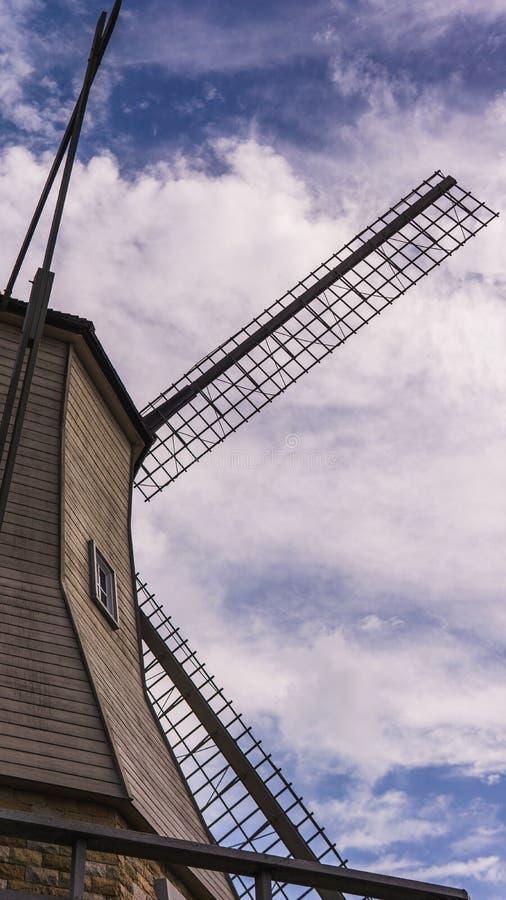 De mening van rug van het windmolenhuis met duidelijke hemel als achtergrond stock afbeeldingen