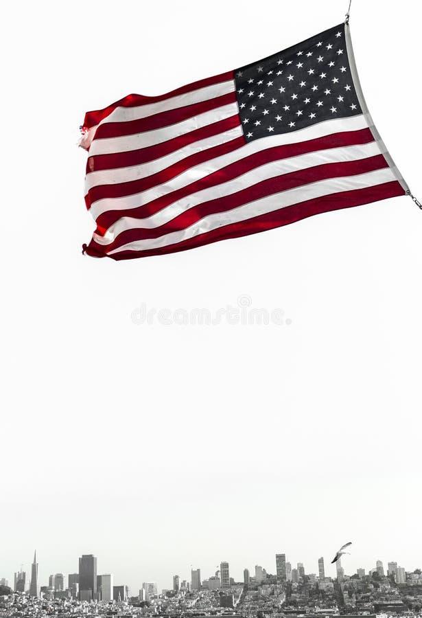 De mening van San Francisco met Amerikaanse vlag royalty-vrije stock fotografie