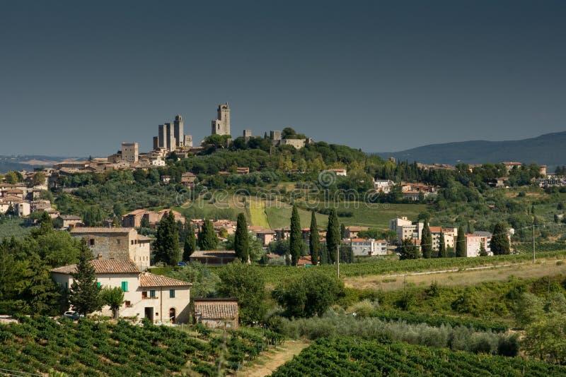 De mening van San Gimignano met grijze hemel stock foto