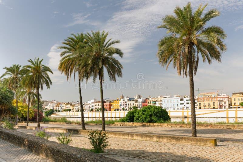 De mening van Sevilla, Spanje, Waterkant aan de historische architectuur van Triana royalty-vrije stock afbeeldingen