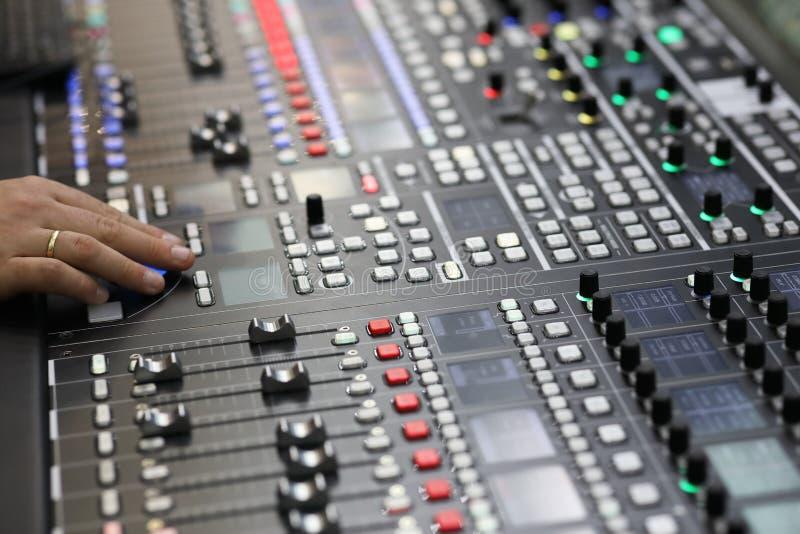 De mening van de sluiting van de uitzending audio het mengen console royalty-vrije stock afbeelding